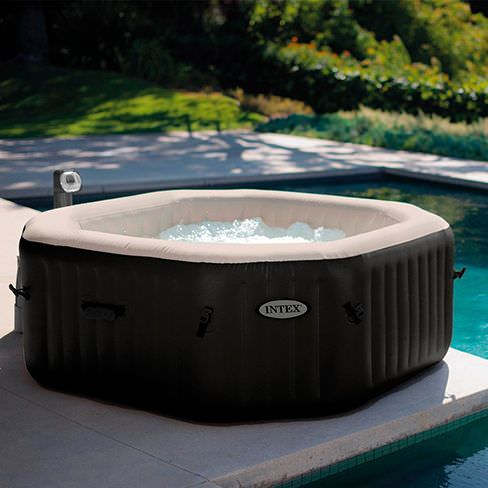 Spa Intex au côté de la piscine